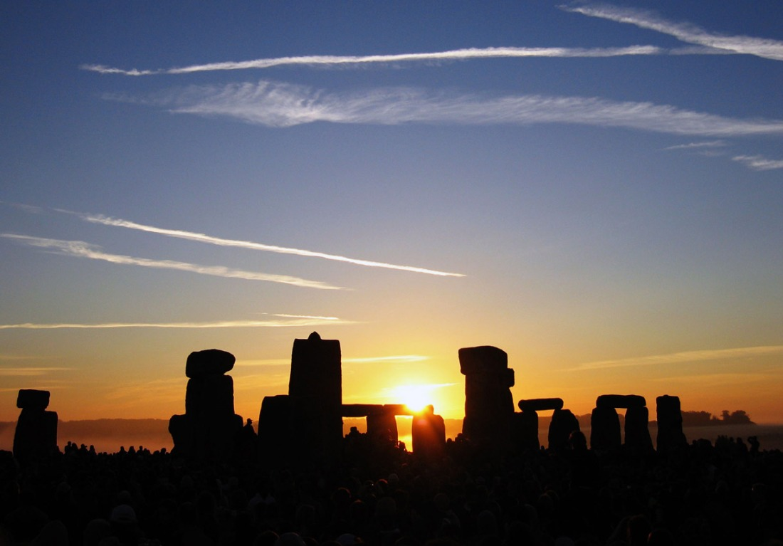 Summer_Solstice_Sunrise_over_Stonehenge_2005